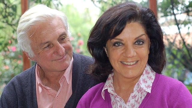 Canessa y su esposa Laura, en el jardín de su casa, hace tres años