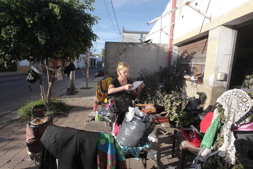 Una mujer busca entre sus pertenencias todo lo que se pueda salvar. Foto: LA NACION / Santiago Hafford