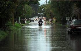 La lluvia caída ayer en La Plata volvió a inundar calles y domicilios particulares