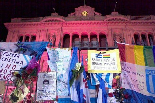 Así estaba anoche el frente de la Casa de Gobierno. Foto: lanacion.com / @msolamaya