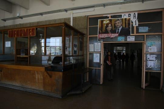 El hall principal, entre afiches de campaña. Foto: lanacion.com / Guadalupe Aizaga