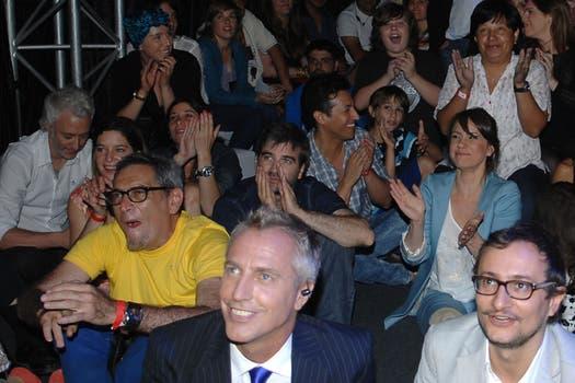 Risas, diversión y comentarios mientras los actores ven el último capítulo..