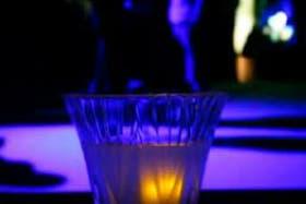 Si el bebedor no para de tomar alcohol, el cubo envía un mensaje de texto a un amigo del tomador para que lo ayude a dejar de intoxicarse