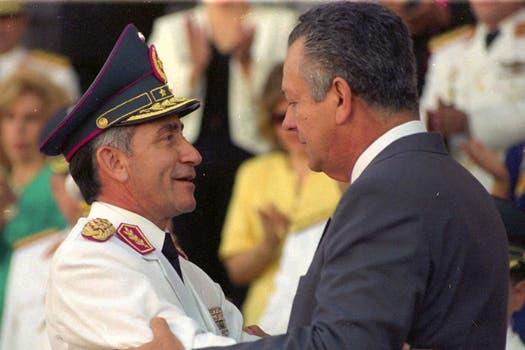 Oviedo (iz) junto al ex presidente Juan Carlos Wasmosy, en 1996, quien lo detuvo 30 días. Foto: Archivo