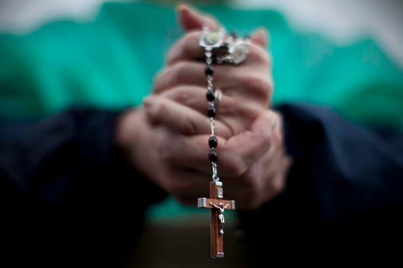 Miles de fieles se reúnen en la plaza San Pedro a la espera del nuevo papa. Foto: AP