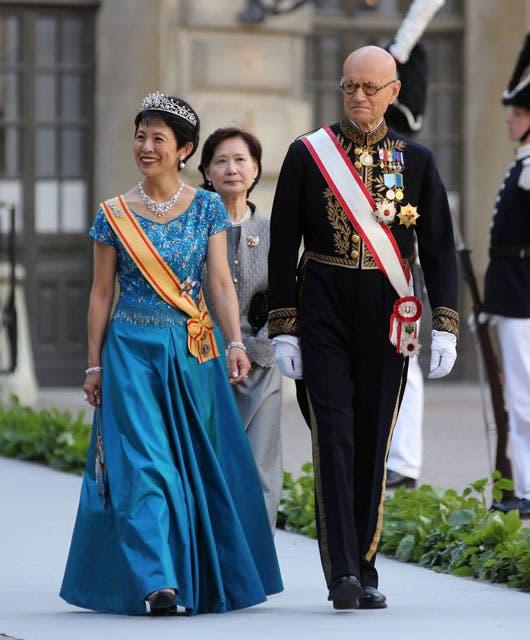 La princesa Hisako Takamado de Japón, súper elegante con un vestido azul y una tiara de brillantes en conjunto con su gargantilla. Foto: /AP y Getty