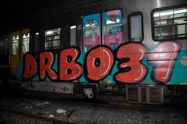 Vagón afectado por las pintadas en el subterráneo.
