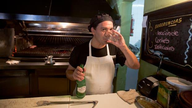 Julio Dimenzza consume casi tres litros de agua en su turno