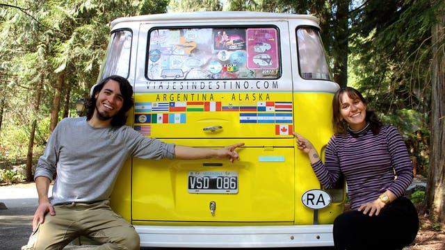 Erika, Paul y Aurora son inseparables. En la parte trasera, pegaron un sticker con la bandera de cada país que visitaron