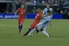 La polémica expulsión a Marcos Rojo; ¿falta a Vidal o sólo toca la pelota?