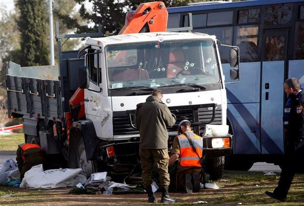 Soldados israelíes analizan el camión, tras el atentado