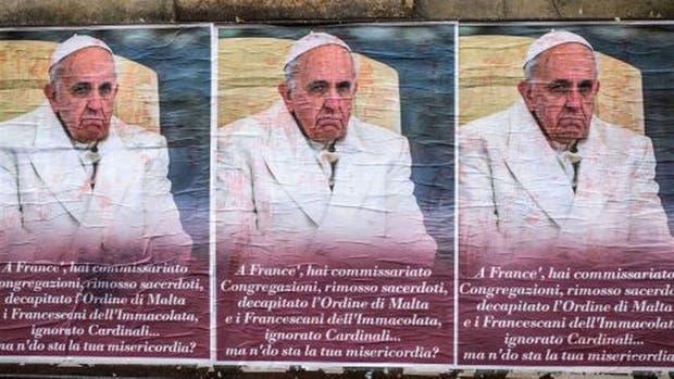 Los afiches anti-Francisco pegados a lo largo de Roma