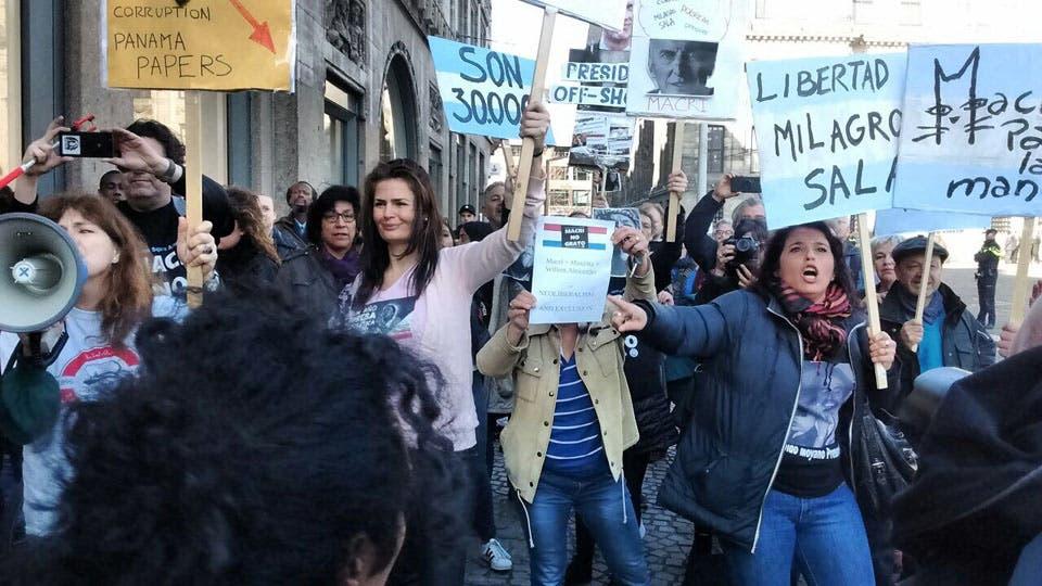 Escrache a Mauricio Macri en la plaza Dam de Holanda. Foto: LA NACION
