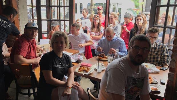 Un aluvión de público provocó largas filas en varios bares