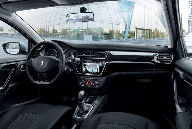 Interior del Peugeot 301 Allure Plus MT