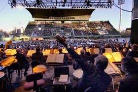 Mucho público para asistir a la inusual propuesta, en el estadio de Ferrocarril Oeste