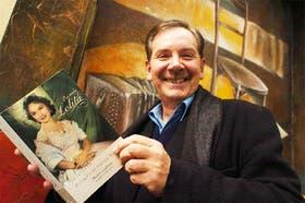 El autor, con la obra que le demandó cuatro años de investigación