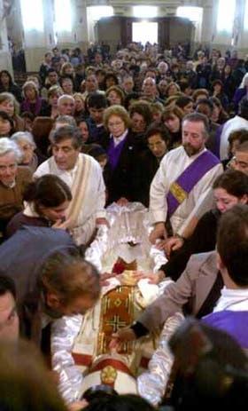 Mucha gente se acercó ayer a darle el último adiós al obispo Novak