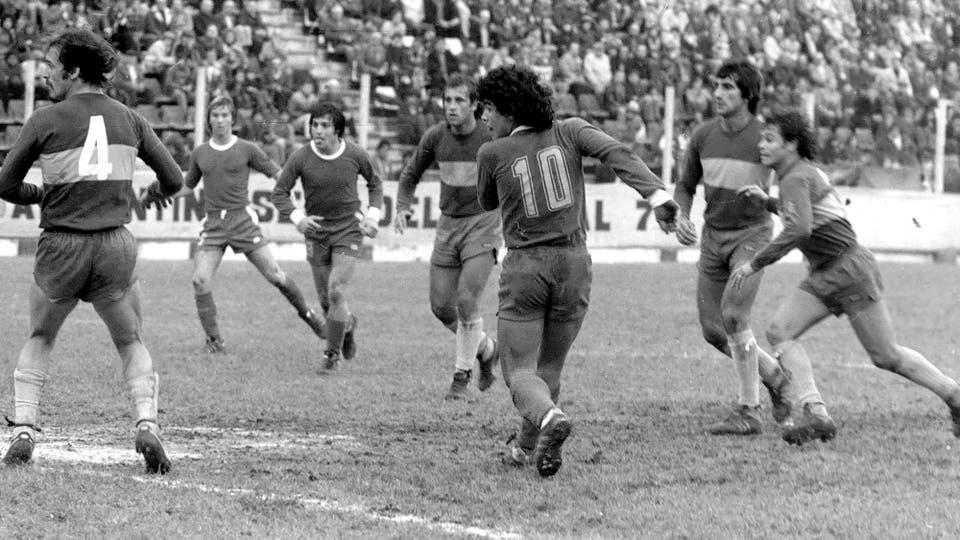 7-8-1977: contra Boca en La Paternal, fue derrota 1-0, con gol de Ernesto Mastrángelo. Foto: LA NACION