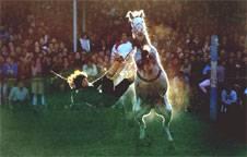 Una imagen que se repite habitualmente los fines de semana: el duelo entre jinete y caballo, ante la mirada de una muchedumbre