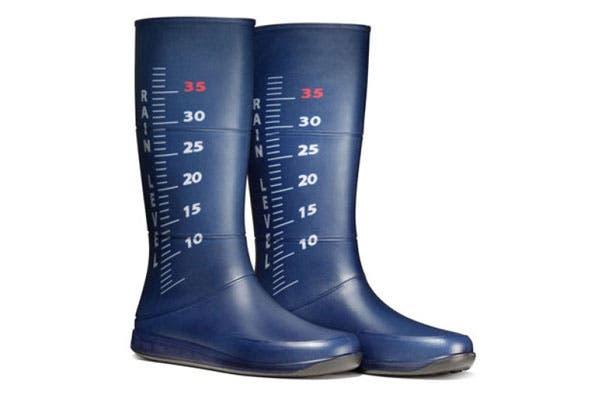 ¡Unas botas que te servirán también de pluviómetro! Por si querés saber cuánto llovió mientras caminás.. Foto: Taringa.com