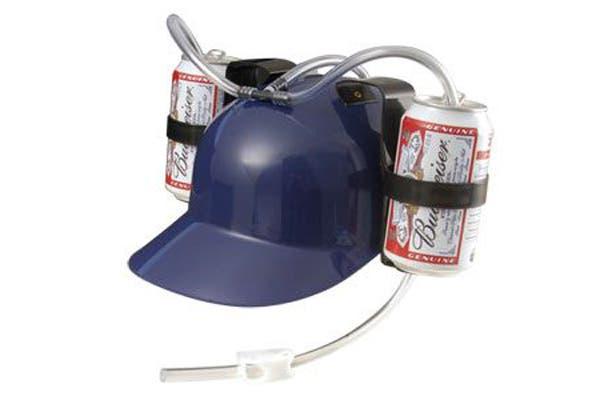 Este es el regalo ideal para los fanáticos de la cerveza: un casco con dos latas integradas. Foto: m.radio.cz