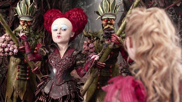 Alicia (Mia Wasikowska, de espaldas) frente a la histriónica Reina de Corazones