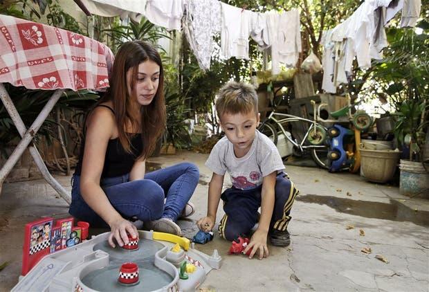 Caterine Ramírez juega con Deian después de la escuela, en La Cava