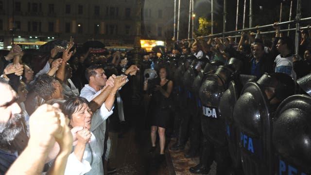 Un grupo de gremialistas se enfrentó con la Policía que impidió la construcción de una escuela itinerante frente al Congreso