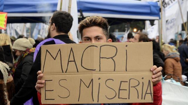 Los grupos que estuvieron al frente de la protestas llevaron carteles con consignas contra el gobierno de Cambiemos