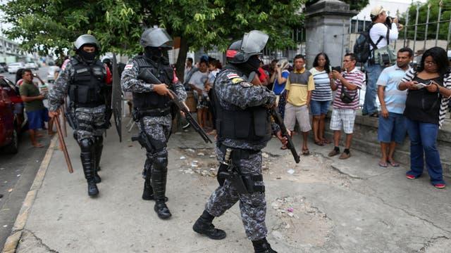 La policía antimotines se apresta a entrar a la cárcel de Manaos para sofocar la revuelta