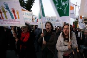 Miles de chipriotas salieron a las calles a protestar por las restricciones en sus ahorros