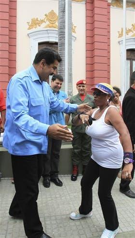 Entre los anuncios, Maduro ayer bailó salsa