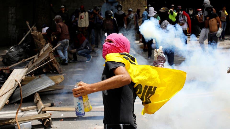 Enfrentamientos entre manifestantes y la Guardia Nacional durante el paro de 48 horas convocado por la oposición. Foto: Reuters / Carlos Garcia Rawlins