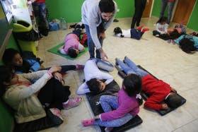 Alumnos hacen biodanza en una escuela de Lugano