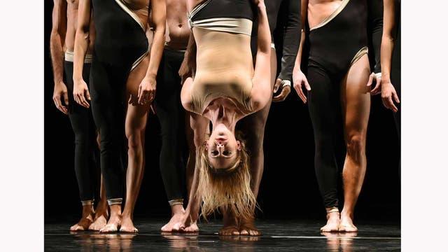 Bailarines de Parsons Dance ensayan antes de salir a escena en el Joyce Theater, en NY