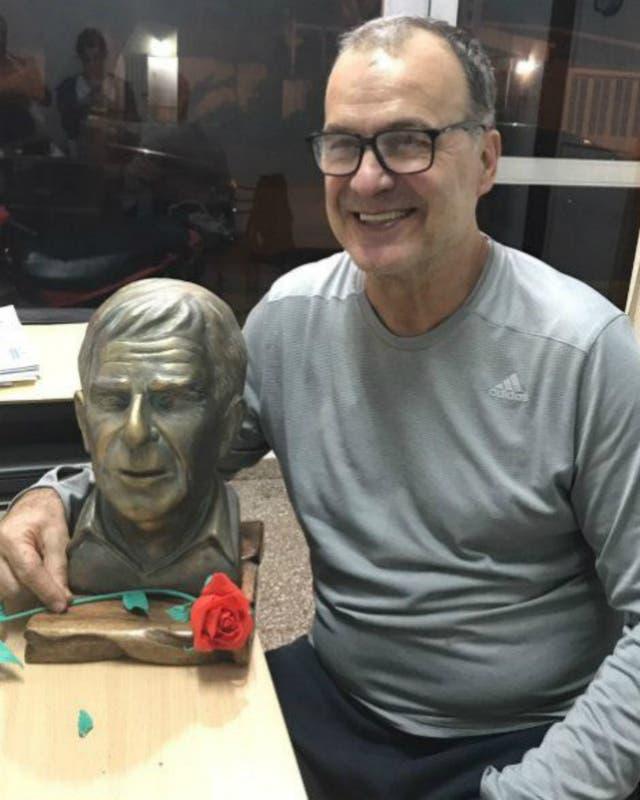 Marcelo Bielsa, con el busto de su amigo