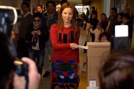 Agustina Kampfer con un conjunto de dos piezas bien juvenil: buzo con print de corazón y pollera con estampa en colores vivos.
