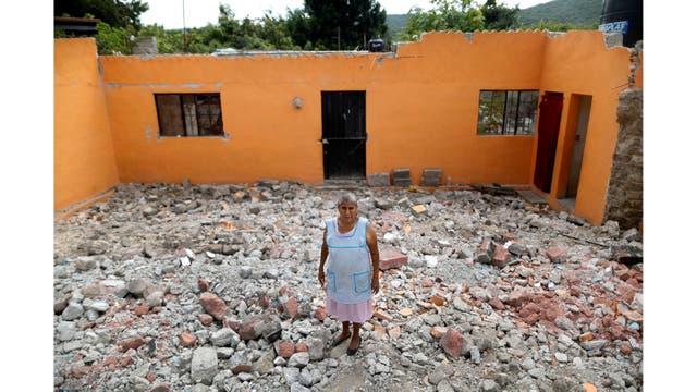 Ventura Sánchez, 63 años, ama de casa, sobre los escombros de su casa en La Nopalera,