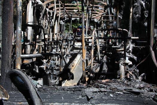 Un peatón advirtió al chofer del inicio del incendio, y todos los pasajeros alcanzaron a descender. Foto: LA NACION / Guadalupe Aizaga