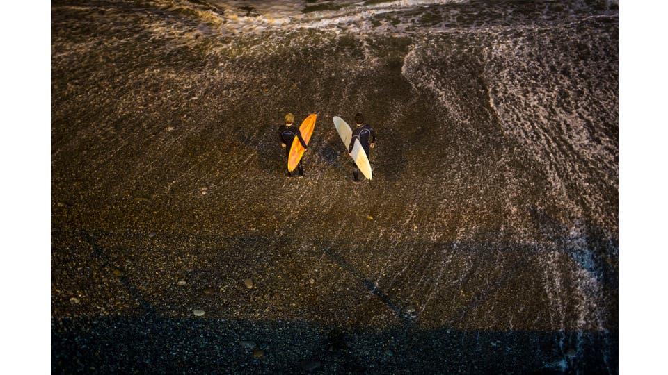 La playa de Pampilla no atrae tiburones, a diferencia de algunas playas en los Estados Unidos y Australia, el peor peligro es chocar entre ellos cegados por las poderosas luces que iluminan el agua. Foto: AP / Rodrigo Abd