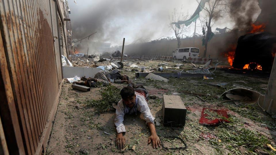 Un hombre herido permanece en el suelo tras la explosión. Foto: Reuters
