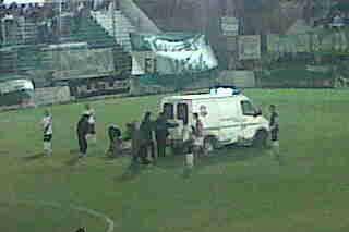 La ambulancia ingresó a la cancha