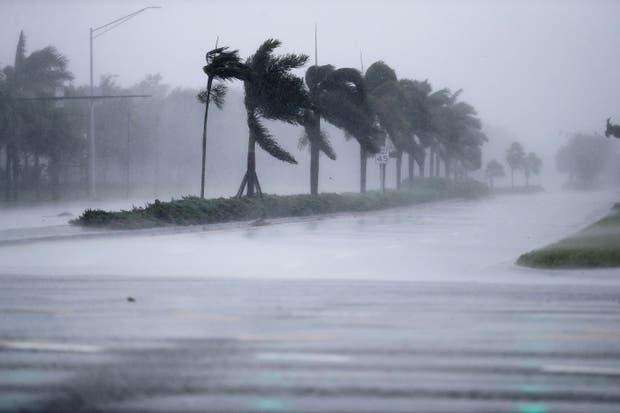 Aunque degradado a categoría 2, el huracán Irma causaba destrozos en Naples, al norte de Marco Island, donde tocó tierra por segunda vez