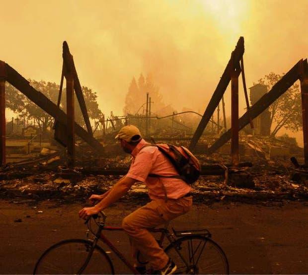 Las ruinas de un hotel arrasado por el fuego en Santa Rosa, California