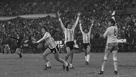 Daniel Bertoni, Mario Kempes y Leopoldo Luque festejan el tercer tanto argentino ante Holanda