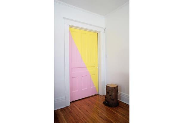 Una simple puerte gana presencia con la geometría y el color. Foto: www.designsponge.com.
