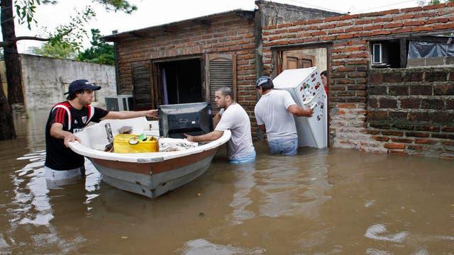 La familia Fernández, sin más opción que cargar sus pertenencias para dejar la casa