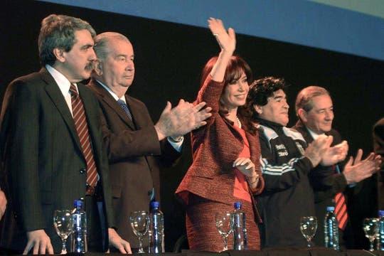 Junto a Maradona y la Presidenta cuando anunciaron el acuerdo entre la AFA y el Gobierno para la transmisión de los partidos de Primera en agosto de 2009. Foto: Archivo