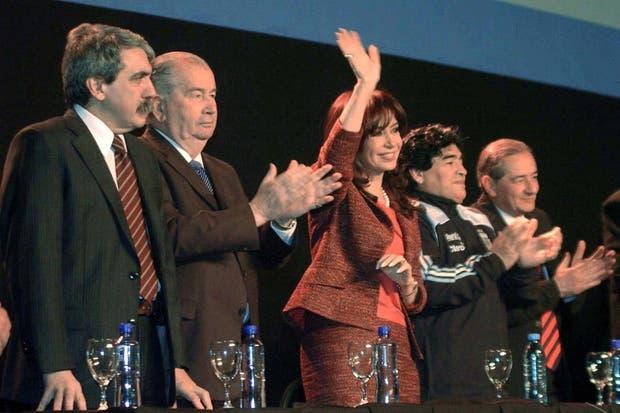 Junto a Maradona y la Presidenta cuando anunciaron el acuerdo entre la AFA y el Gobierno para la transmisión de los partidos de Primera en agosto de 2009.  Foto:Archivo